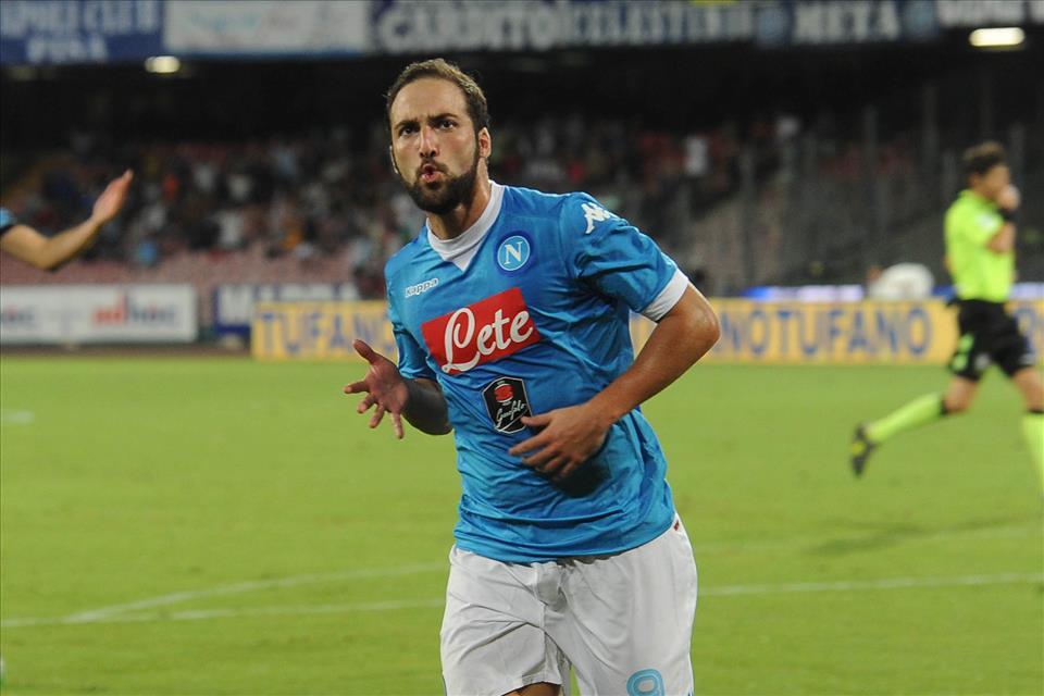Napoli-Lazio 5-0 Higuain esulta