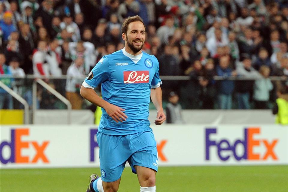 Legia-Napoli 0-2 Higuain esulta