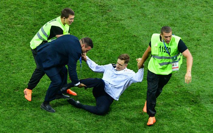 """Russia, invase il campo ai Mondiali: """"Avvelenato"""""""
